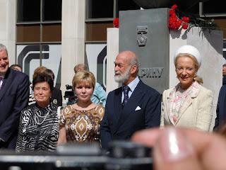 У памятника Юрию Гагарину - Королева, Гагарина, Майкл Кентский с женой