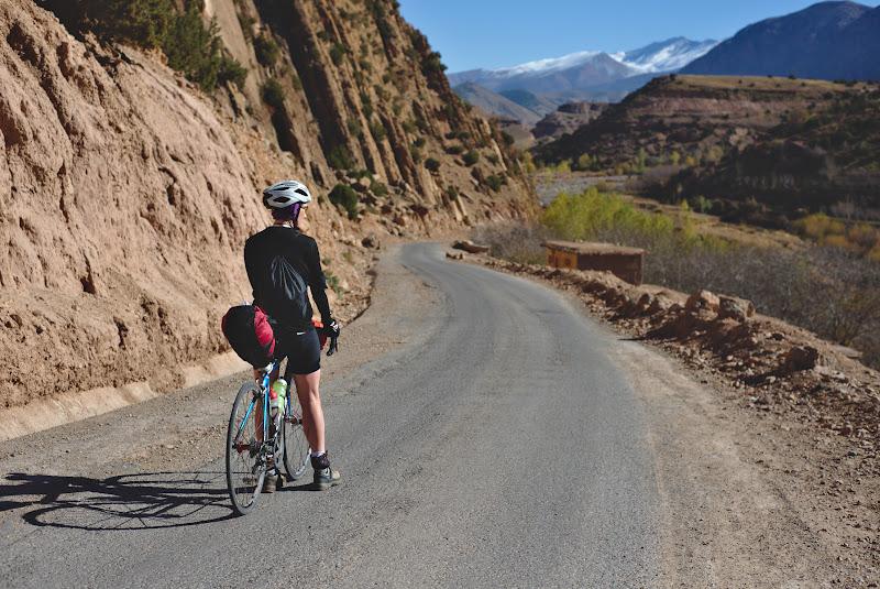 Pedaland spre Valea Oamenilor fericiti, spre care exista din pacate un singur drum asfaltat. Planul nostru de a sari un pas de 2700 de metri a fost din pacate dejucat de un drum cu mult prea mult pietris.