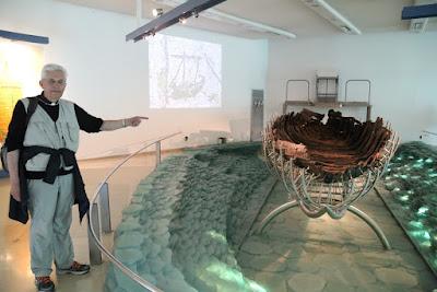 8-04/ Nous admirons les restes d'une barque antique retrouvée dans la lac: la barque de Pierre?