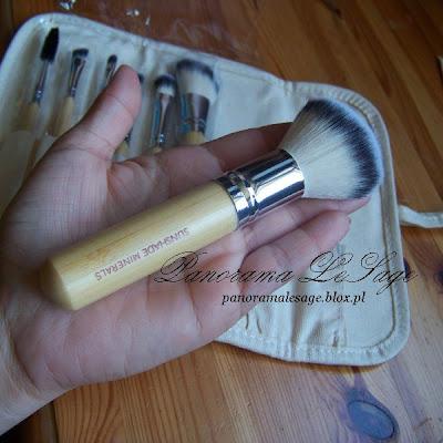 """Pędzelki osadzone są w srebrnych skuwkach na bambusowych trzonkach, wykonane z delikatnego, syntetycznego włosia, które jest niesamowicie mięciutkie i miłe w dotyku, nie podrażnia nawet wrażliwej  i skłonnej do alergii cery Kompaktowy zestaw profesjonalnych pędzli do makijażu """"Sunshade Minerals"""", stworzony przez markę LancrOne jest idealny dla kobiet ceniących wysoką jakość i naturalność makijażu. Najwyższej jakości syntetyczne włosie HD nie podrażnia skóry, dzięki czemu jest zalecane dla najbardziej wrażliwej i skłonnej do uczuleń cery. Struktura włosia nie pozwala na osypywanie się czy wchłanianie kosmetyków.  Co więcej, włosie nie wymaga specjalistycznego płynu do mycia, jak ma to miejsce przy pędzlach z naturalnego włosia. Dodatkową zaletą jest również design pędzli, silnie nawiązujący do natury, która jest tak bliska serii Sunshade Minerals. Rączki każdego pędzla wykonane są z bambusa i posiadają kształty sprawiające, iż dłoń nie męczy się podczas nakładania kolejnych warstw makijażu, a pędzle niemal same ją prowadzą. Praktyczne etui zrobione jest z naturalnego lnu. Saszetka z łatwością zmieści się w torebce. Panorama LeSage"""