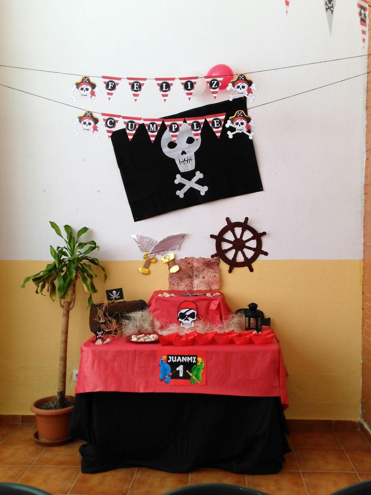 en la primera altura dispuse un cofre de madera antiguo decorado con unas banderitas piratas que imprim y plastifiqu algunos farolillos con velas