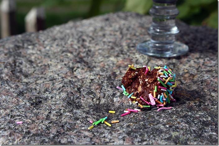 Närbild på chokladboll som någon tagit ett bett i.