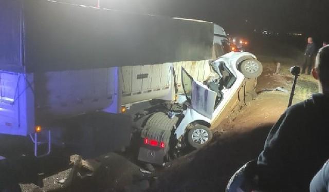 Cinco pessoas morrem em acidente entre carreta e carro no Paraná; três eram da mesma família