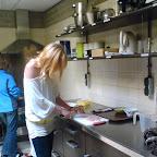 De voorbereiding. Nathalie en Mariska maken soep.