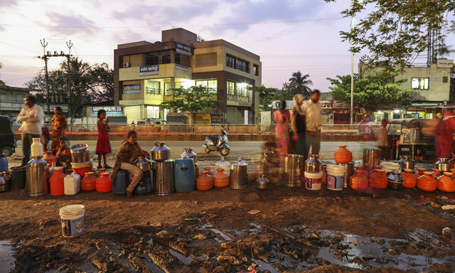 People wait to fill water containers during a drought in Latur, India, April 2016. Photo: Bloomberg / Getty Images