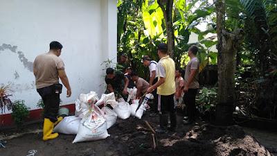 Anggota Koramil Sentolo Kerja Bakti Perbaiki Bangket Drainase