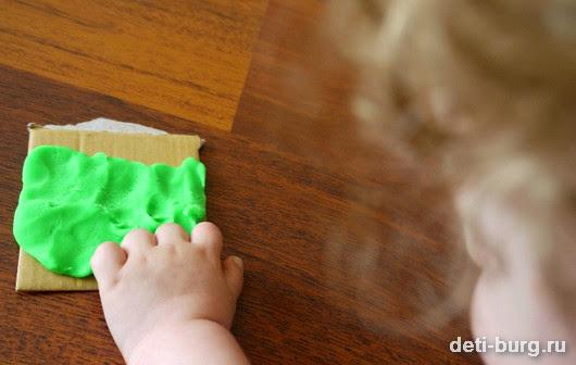Налепливаем зеленую глину на основание