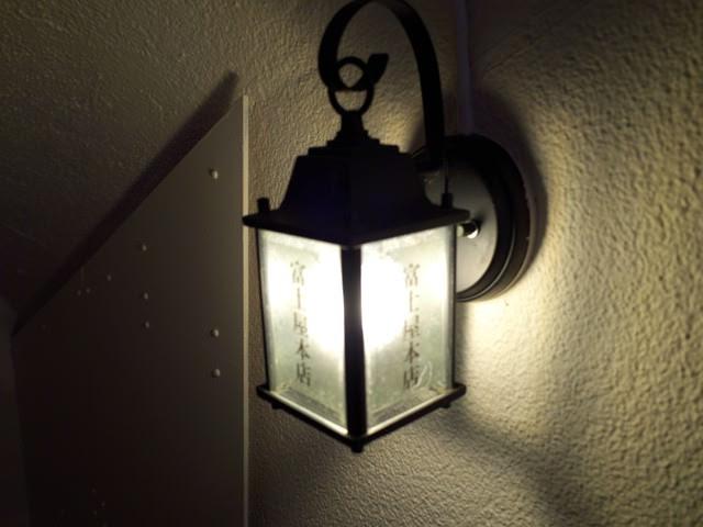 地下への階段に付けられた壁付けのアンティーク照明