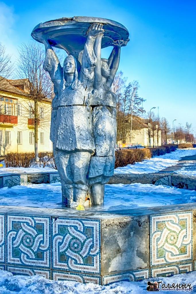 """Фонтан """"Дружба народов"""". Мне так кажется, что он был перевезен из поселка Центральный, где этих статуй было очень много..."""
