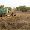 2011-03-19 07-18 pól. Kenia - przeprawa przez suchą rzekę.JPG