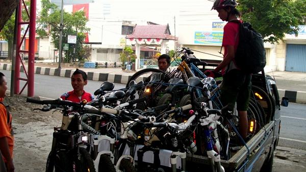 Sekitar pukul 05.45 WIB, mobil datang untuk mengangkut sepeda kami yang sudah menunggu di depan RodaLink Sutoyo.