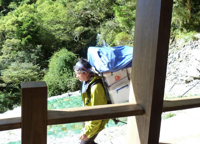 Sangle du sac sur le front. Les responsables du refuge montent toutes les vivres a pied. Environ 8 heures de montée chargés et trois heures de descente.