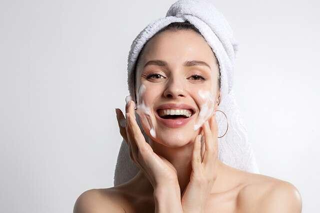 نظفي بشرة وجهك بغسول الوجه