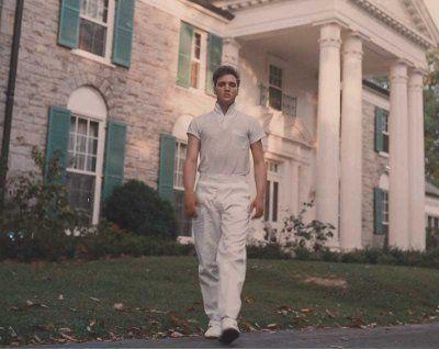 Que tal dar uma voltinha de 360º pela mansão de Elvis Presley?