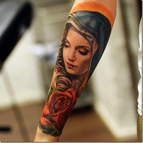 encantadora_bella_y_colorida_de_la_virgen_mara_en_el_brazo