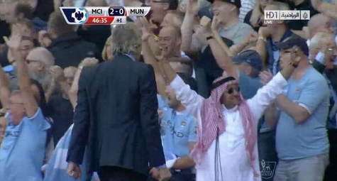 The celebrating Man City fan in full Arab dress v Man United [Pictures & Video]