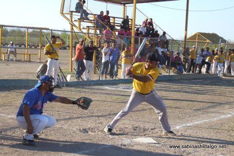 Jesús Mario Hernández de Piratas en el softbol sabatino