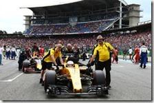 Una Renault viene portata sulla griglia di partenza