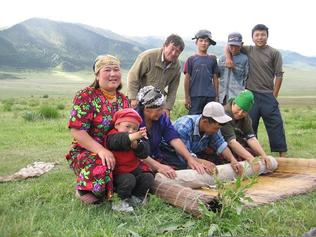 Kadzi-Saj : famille kirghize fabricant du feutre, 14 juillet 2006. Photo : O. Hanquez-Passavant