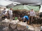 מתנדבים + יפנית אחת (משמאל) חופרים בתל רכש