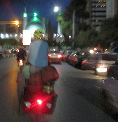 Chris on the Bike: Einfahrt in Schiras/Shiraz zur blauen Stunde, Iran