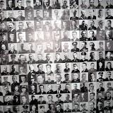 Zdjęcia z Muzeum Powstania Warszawskiego - specjalna wystawa o Katyniu. To tylko wycinek ściany upamiętniającej ofiary Katynia