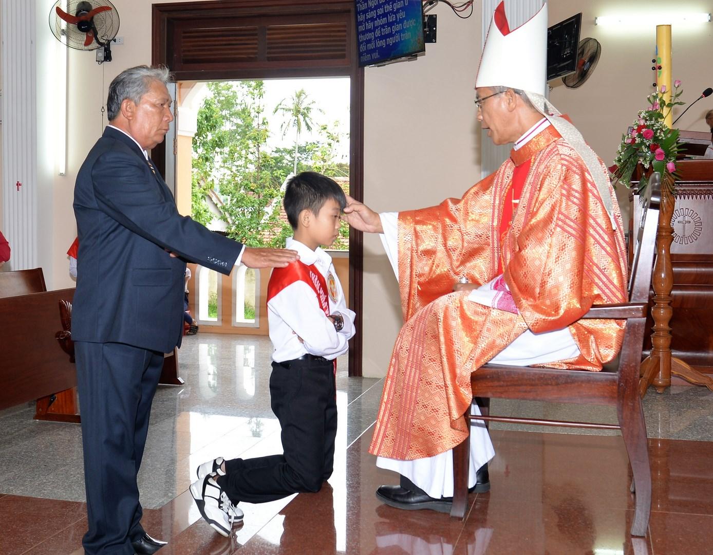 Thánh lễ ban Bí tích Thêm sức tại giáo xứ Trà Kê