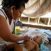 16 Promotrice mentre visita un bambino nella sua comunità.JPG