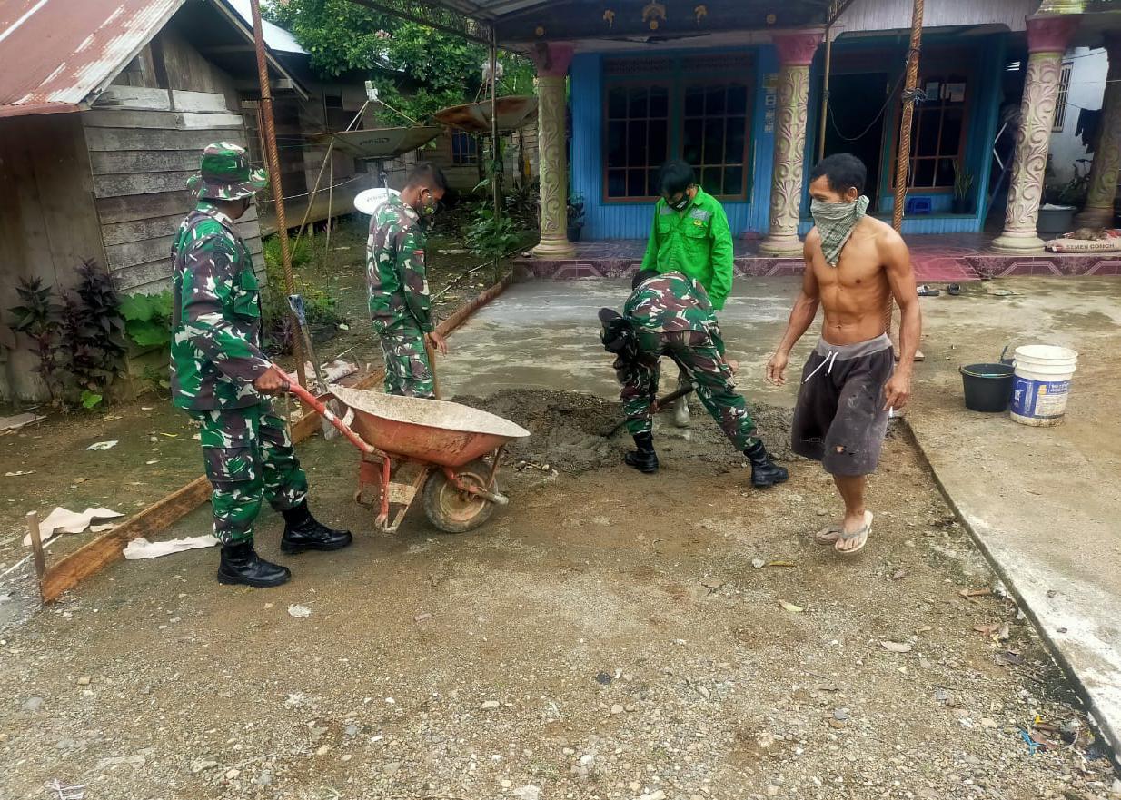 Satgas TMMD Sempatkan Bantu Pengecoran Rumah Warga di Desa Lok Batu