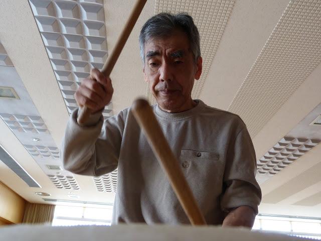 太鼓の音色が体育館内に響きます