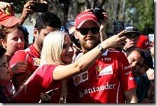 Sebastian Vettel con una fan