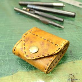 表はヌメ革にアンティーク加工をされました。