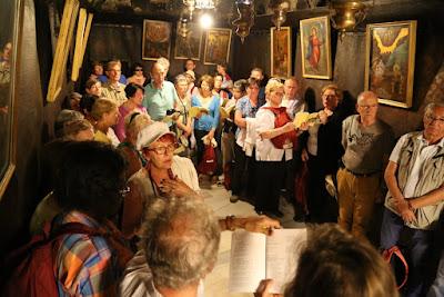 10-Chants dans la grotte de la nativité