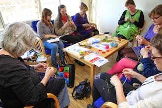 """Photo: Ida Nordiner hade koncentrerade workshopdeltagare när det var dags för att sticka """"mjuka smycken"""""""