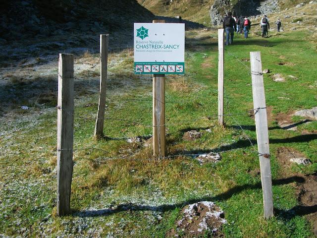 Entrée du val de Courre par la réserve naturelle, avec un panneau, le 15 octobre 2012.