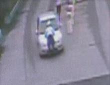 رجل يضرب شرطي بسيارته