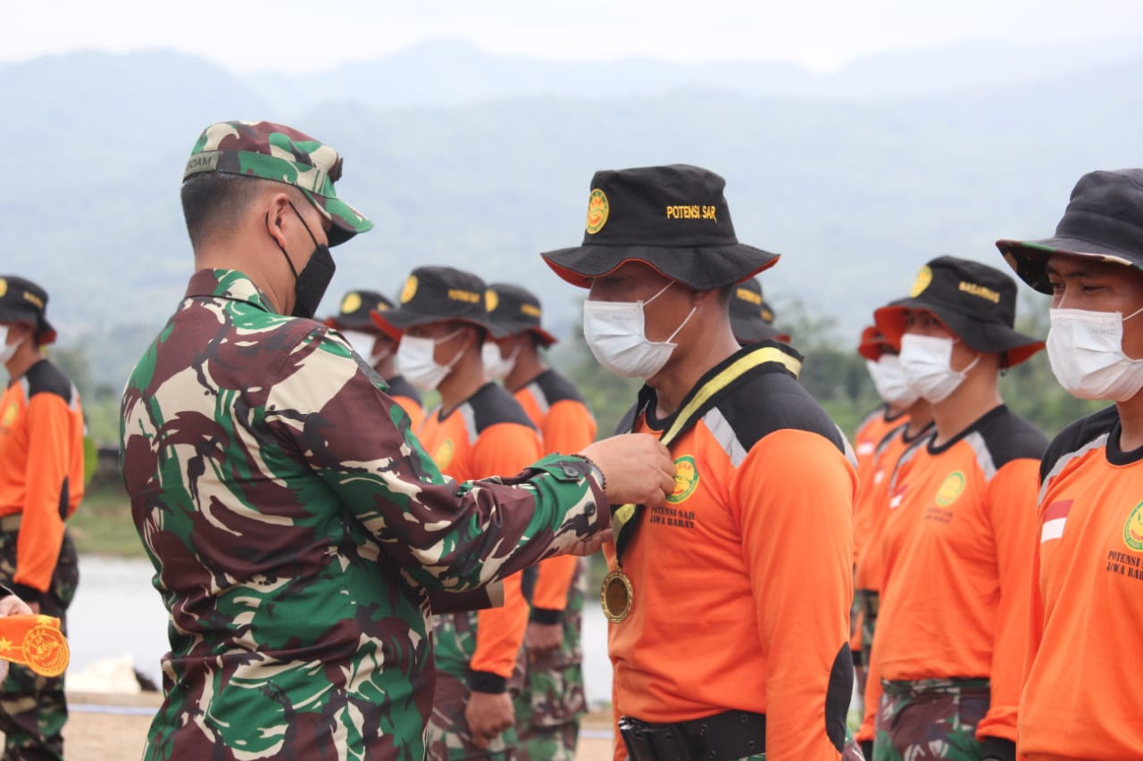 Kasdam III/SLW Tutup Latihan Potensi SAR di Waduk Jati Gede