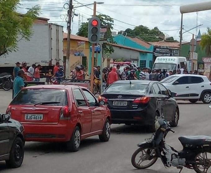 Motociclista invade sinal vermelho e provoca acidente no Centro de Chapadinha