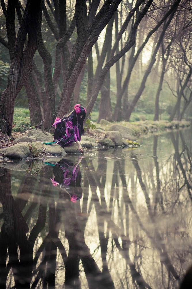 Nữ hiệp Vạn Hoa tu luyện trong rừng vắng