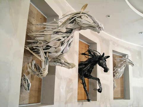 Impresionantes caballos, plástico reclicado, de Sayaka Ganz