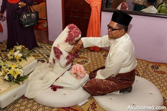 pengantin perempuan cium tangan pengantin lelaki