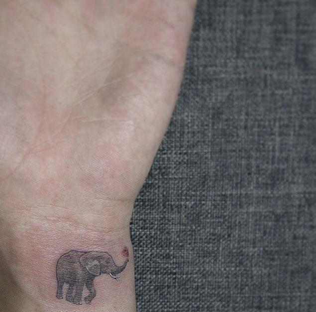 Este descontraído elefante tatuagem no pulso
