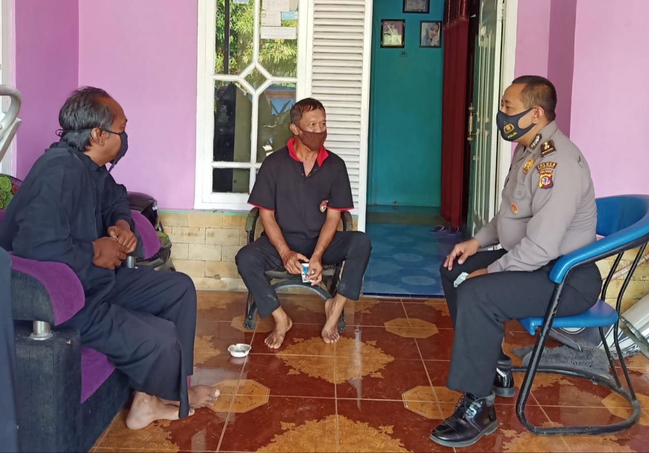 Kabagren Polres Majalengka Silaturahmi ke Beberapa Ketua RT di Desa Cikalong Sosialisasikan Bahaya Penyebaran Covid 19