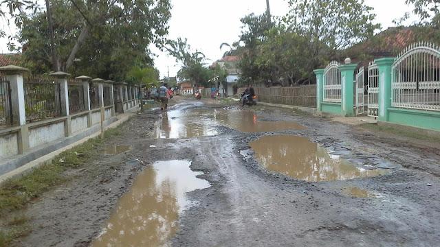 Jalan di desa muara ciasem, blanakan selalu tergenang saat turun hujan