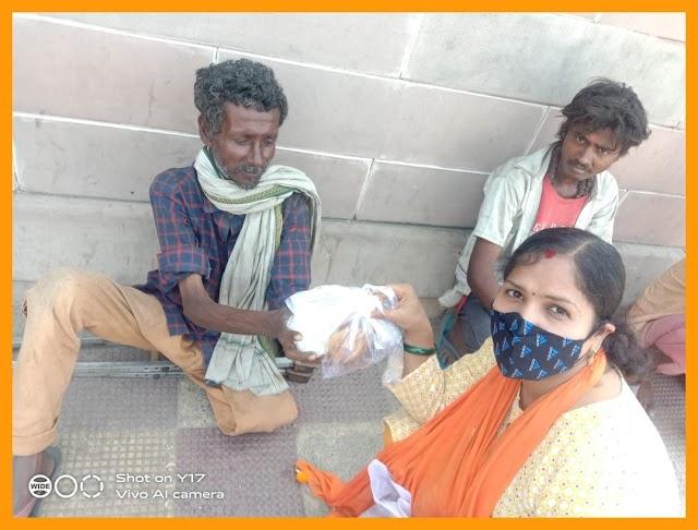 रुद्र शक्ति सेना कि नारी शक्ति अध्यक्षा लोगों को फ्री में करा रही है भोजन, साथ मे खाद्य सामाग्री भी कर रही है वितरण