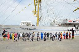 Singgah Di Belawan, Satgas Pelayaran OBS Disambut Meriah Dengan Tarian Daerah
