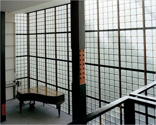 Educate your sofa chic cham aime la maison de verre paris for A la maison de verre