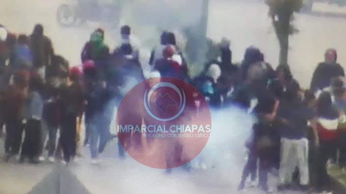 Se enfrentan normalistas y policías en San Cristóbal, pretendian reventar el cervantino barroco.