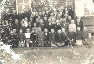 В первом ряду в черном пальто Таисия Басова, 3-я слева Манефа ОрловаИз семейного архива Таисии Косяковой (Басовой)1939 год