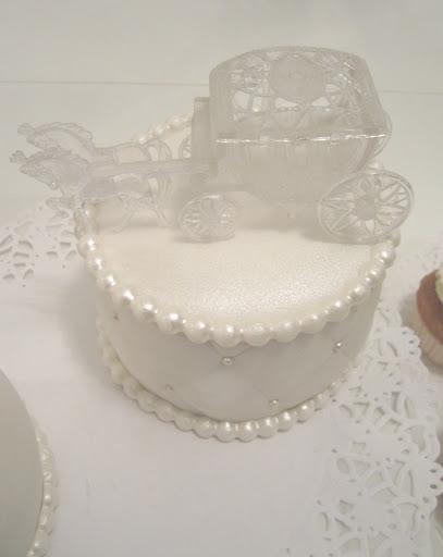 867- Wit taartje met koets taarttopper.JPG